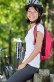 A menina ativa feliz está com bicicleta imagens de stock royalty free