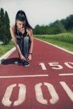 Menina ativa nova que prepara-se para correr Fotografia de Stock