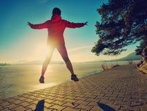 Menina ativa que movimenta-se na trilha ao longo do lago fotografia de stock