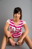 Menina atlética bonita em um fundo cinzento Fotografia de Stock