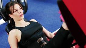 A menina atlética causa o corpo na boa forma, menina bonita executa exercícios do esporte a magro o corpo, bonito vídeos de arquivo