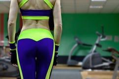 Menina atlética em um gym do esporte foto de stock