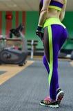 Menina atlética em um gym do esporte imagens de stock royalty free