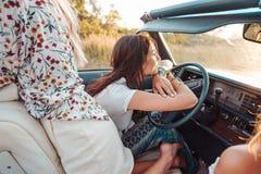 A menina atrás da roda de um carro Foto de Stock