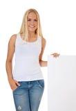 Menina atrativa ao lado do sinal em branco Imagens de Stock Royalty Free