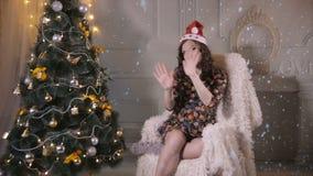 Menina atrativa bonita, dança da jovem mulher, levantando perto da árvore de Natal Celebração do ano novo filme