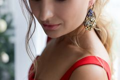 Menina atrativa bonito bonita na joia festiva da joia da noite Fotos de Stock Royalty Free