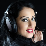 Menina atrativa com auriculares Imagem de Stock Royalty Free