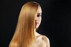 Menina atrativa com cabelo bonito, reto Fotografia de Stock