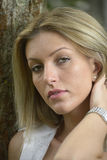 Menina atrativa com cabelo louro longo imagens de stock royalty free