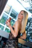 Menina atrativa com cocktail fotografia de stock