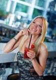 Menina atrativa com cocktail Imagem de Stock