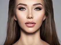 Menina atrativa com composição do marrom escuro foto de stock royalty free