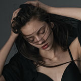 Menina atrativa com levantamento do cabelo do voo Imagens de Stock Royalty Free