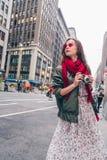 Menina atrativa com uma câmera retro na cidade imagem de stock