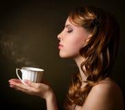 Menina atrativa com uma chávena de café Foto de Stock Royalty Free