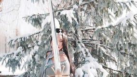 A menina atrativa de encantamento com cabelo preto reto longo levanta para a câmera no estilo da fantasia senhora elegante belico vídeos de arquivo