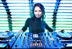 Menina atrativa DJ no clube nocturno fotografia de stock royalty free