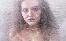 Menina atrativa do retrato do inverno na composição brilhante imagens de stock