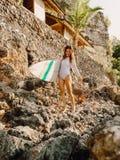 Menina atrativa do surfista com a prancha na praia fotos de stock