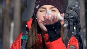 Menina atrativa do turista que purga a neve de suas mãos vídeos de arquivo
