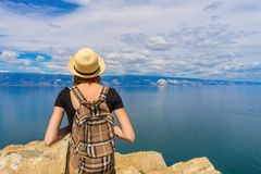 Menina atrativa do turista do tween na posi??o do chap?u e da trouxa na parte superior do penhasco e em admirar a paisagem bonita foto de stock royalty free