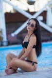 Menina atrativa e 'sexy' na praia Imagem de Stock