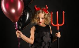 Menina atrativa no traje dos diabos do Dia das Bruxas fotografia de stock