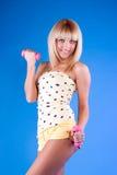 Menina atrativa no treinamento da aptidão com pesos Foto de Stock Royalty Free