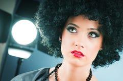 Menina atrativa nova com corte de cabelo curly Fotografia de Stock