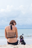 Menina atrativa nova com seu lebreiro do cão de estimação na praia da ilha tropical Bali, Indonésia Momentos felizes Fotos de Stock Royalty Free