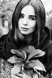 Menina atrativa nova encantador bonita com grandes olhos com um lenço em sua cabeça, terra arrendada longa do cabelo escuro Foto de Stock