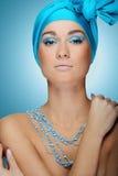 Menina atrativa nova no lenço azul com pele da saúde e composição brilhante foto de stock