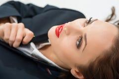 A menina atrativa nova no papel masculino está olhando fixamente acima Fotos de Stock Royalty Free