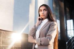 Menina atrativa nova no terno de negócio na entrada de um escritório imagem de stock royalty free