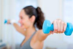Menina atrativa nova que faz o exercício em casa Foto de Stock
