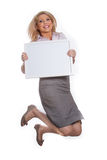 Menina atrativa nova que prende a placa de mensagem vazia Imagens de Stock Royalty Free