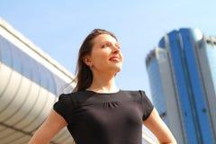 Menina atrativa nova que sorri olhando o c?u imagem de stock royalty free