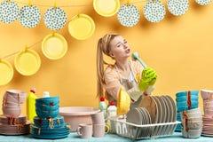 Menina atrativa que está na boa têmpera , guardando a escova como um microfone fotos de stock