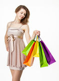 Menina atrativa que guarda sacos de papel coloridos da compra Fotos de Stock