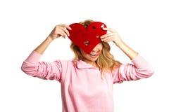 Menina atrativa que guardara a decoração do dia de Valentim Fotos de Stock