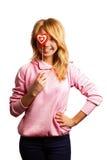 Menina atrativa que guardara a decoração do dia de Valentim Imagens de Stock Royalty Free