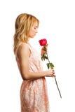 Menina atrativa que guardara a decoração do dia de Valentim Foto de Stock