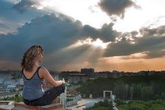 Menina atrativa que medita no raio de sol Imagem de Stock Royalty Free