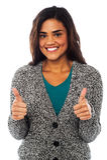 Menina atrativa que mostra os polegares dobro acima Imagens de Stock Royalty Free
