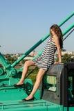 Menina atrativa que senta-se na cabine do guindaste de construção imagens de stock royalty free