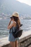 Menina atrativa que toma fotos Imagens de Stock
