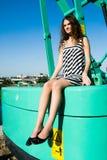 A menina atrativa senta-se na cabine grande do guindaste de construção imagem de stock royalty free