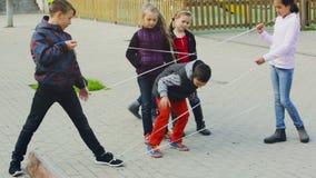 A menina atravessa a corda tangled video estoque