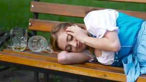 Menina bávara bêbada após o fim o mais oktoberfest acima video estoque